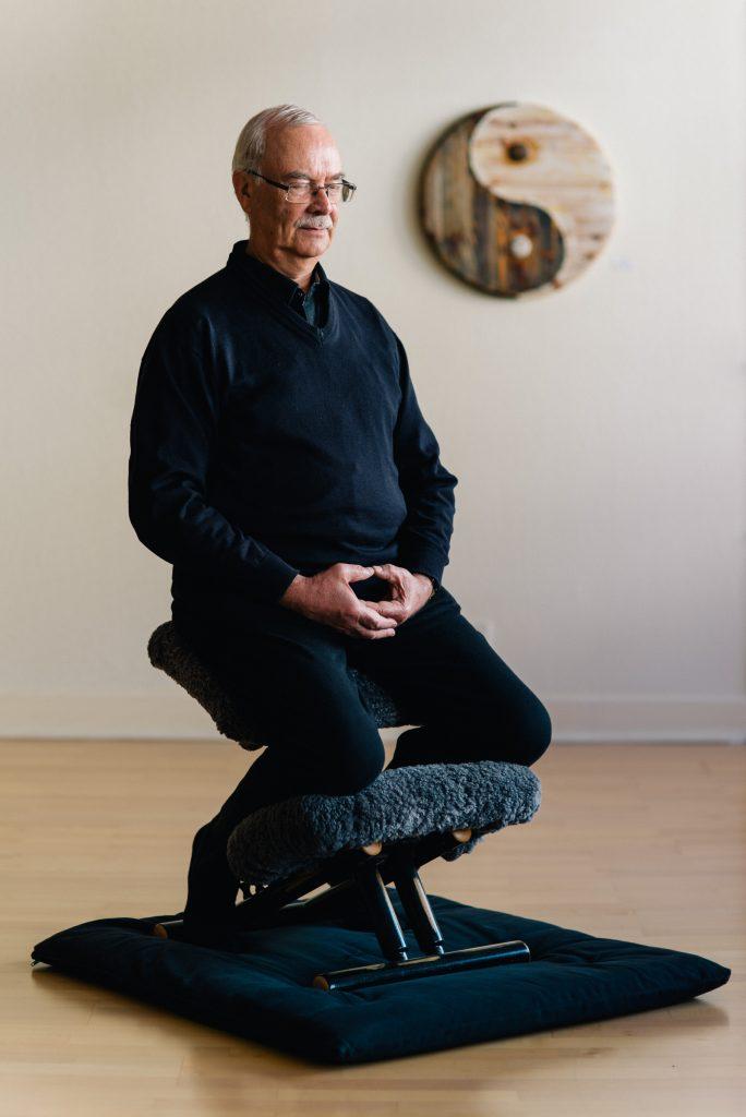 Meditation auf einen Kniestuhl